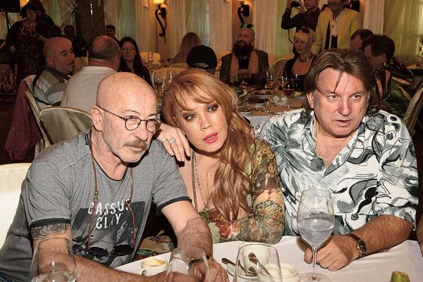 С коллегами по музыкальному цеху – Александром Розенбаумом и Азизой