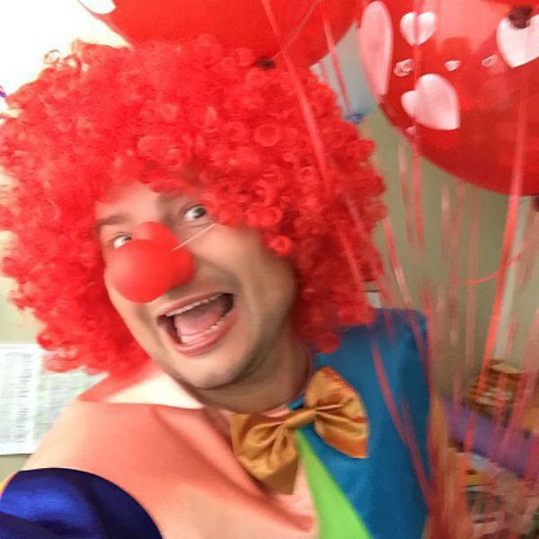 Николай веселил детей в костюме клоуна