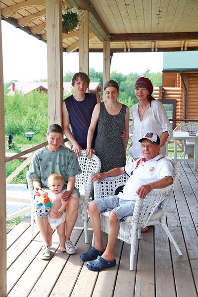 На фото (слева направо): правнук Тимофей, дочь Екатерина, муж внучки Екатерины Григорий, сама Катя, Елена (сестра мужа дочери) и Лев Дуров