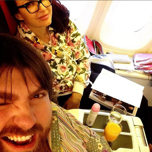Радоваться отдыху супруги начали еще в самолете
