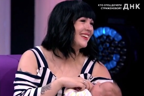 Саша с новорожденной дочкой