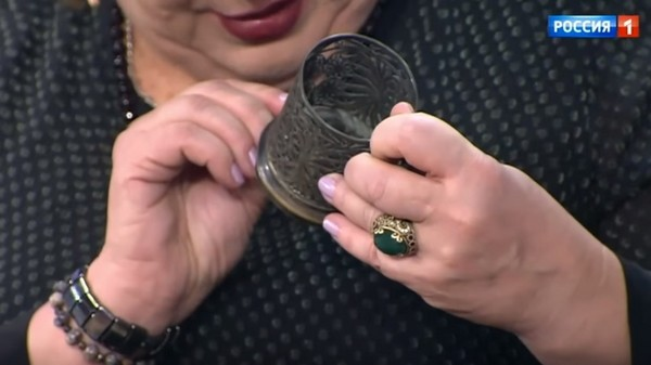 Татьяна Кравченко рассматривает стакан, подаренный матерью