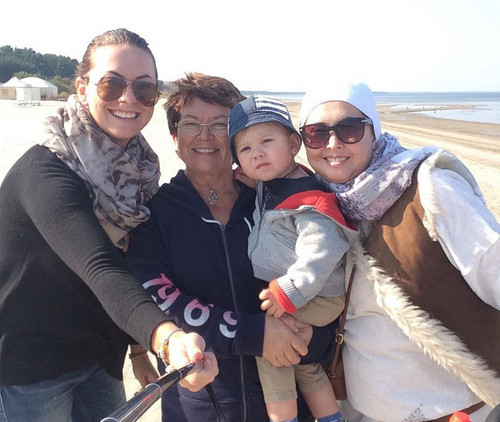 Жанна с сестрой, мамой и сыном Платоном на отдыхе в Прибалтике