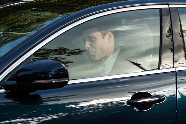 Принц Уильям в автомобиле подъезжает к часовне