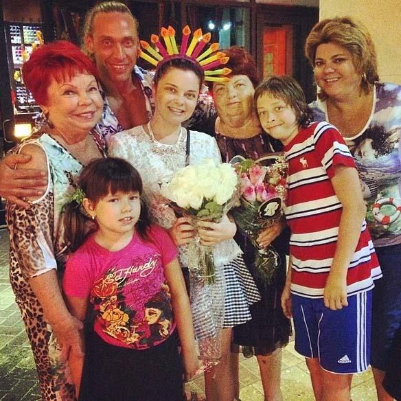 Виновница торжества в окружении семейства
