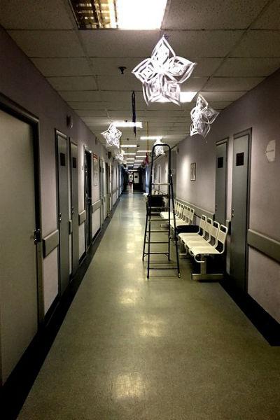 Грачевская осталась недовольна даже новогодними украшениями в больнице. Телеведущая назвала их нелепыми