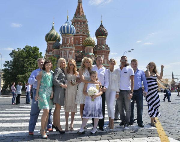 Вместе с гостями на фоне Собора Василия Блаженного