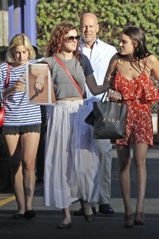 Брюс Уиллис на прогулке с дочерьми