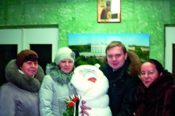 Мама Любы Татьяна, Любовь и Даниил с новорожденным сыном и Галина Титова на выписке из роддома, январь, 2012 год