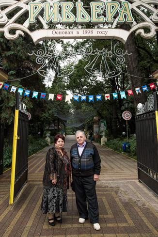 Родители Галустяна у входа в любимый парк сына