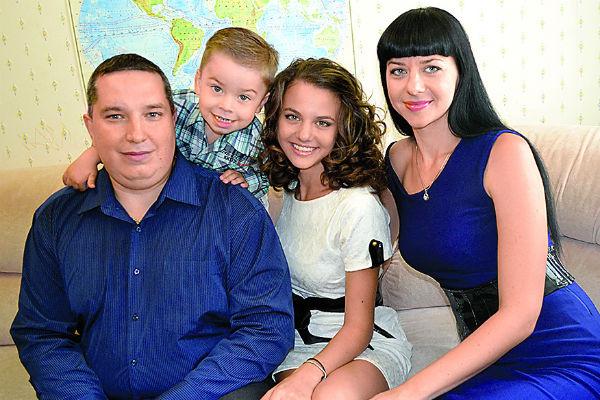 Родители не называют мальчика вундеркиндом, но всячески помогают ему развивать способности. На фото – с папой, сестрой и мамой