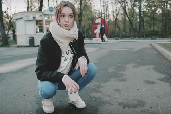 Диана Шурыгина пародирует позу жителей родного города