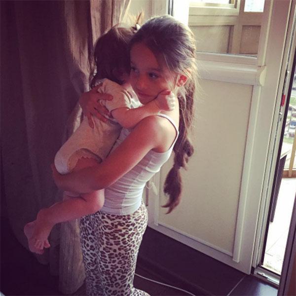 Маруся трогательно заботится о младшей сестре Тее