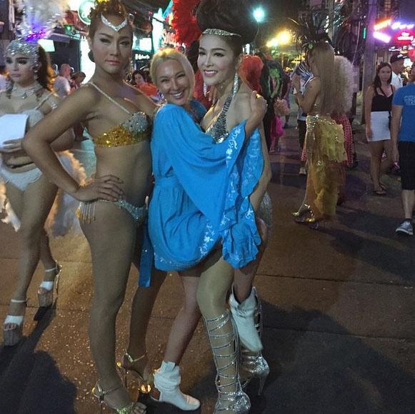 «Сфотографировалась с ними за деньги!» - подписала фото с трансвеститами Лера Кудрявцева.