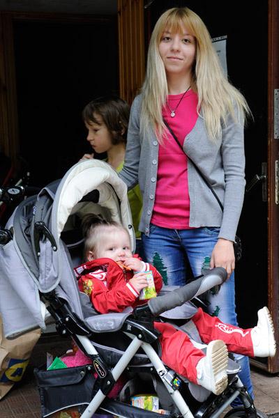 23-летняя Аня и двухлетняя Ира - дочери Любы из Свердловска Луганской области. Для женщины главное было - спасти своих дочерей