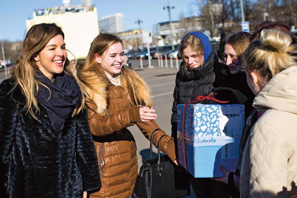 Полина Гренц вручила коробку со спортивной одеждой