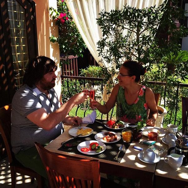 Бокал шампанского за завтраком в отпуске - почему бы и нет?