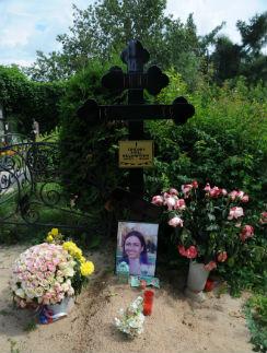 На могилу Ирины на Владыкинском кладбище в Москве друзья приносят ее любимые розы