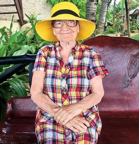 В поездки бабушка обязательно берет с собой несколько платьев