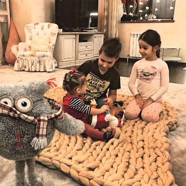 Дети пары - Омар, Маруся и Теона - собираются удивить Ксюшу поделками