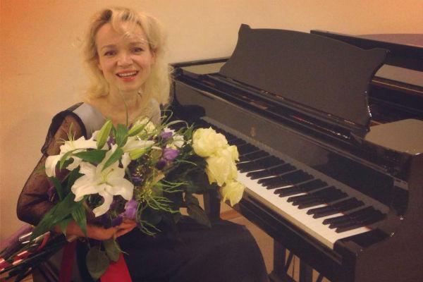 Пианистка совмещает работу в театре с выступлениями