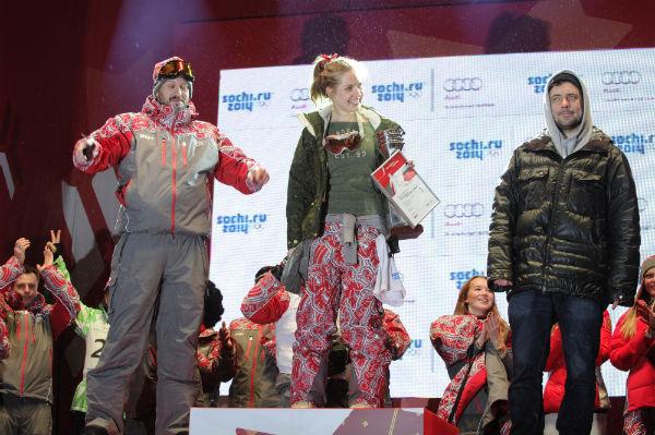 В сноуборде золото досталась дизайнеру Антонине Шаповаловой, серебро получил телеведущий Василий Куйбар, а бронзу - Евгений Цыганов