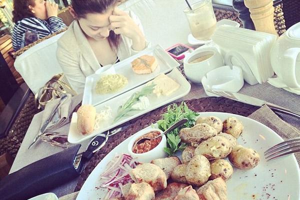 Аделина и Максим обедают вместе