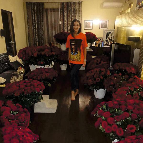 Новый ухажер превратил квартиру звезды в оранжерею, купив 3300 роз