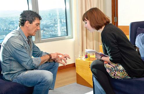 «Это кольцо с изображением рапиры (атрибут Зорро. – Прим. «СтарХита») подарила мне жена Мелани, когда я снялся в 1998 году в фильме «Маска Зорро», – рассказал актер