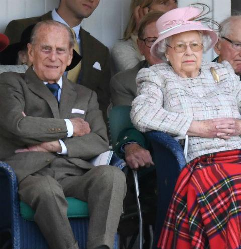 Королева Елизавета II с супругом
