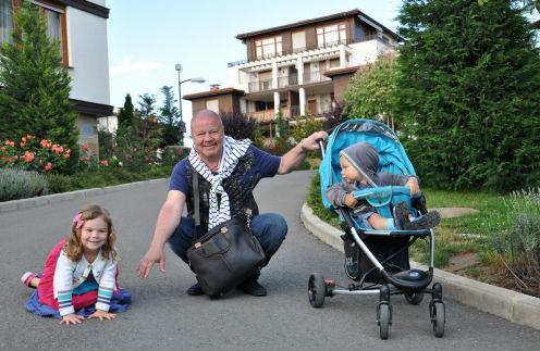Сергей Селин с дочкой Машей и сыном Макаром на прогулке недалеко от дома в Болгарии