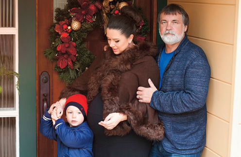 Александр и Алена познакомились в «Одноклассниках» 7 лет назад – девушка написала экстрасенсу письмо о помощи. На фото – пара с сыном Владимиром