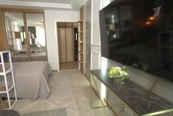В комнате есть большой телевизор