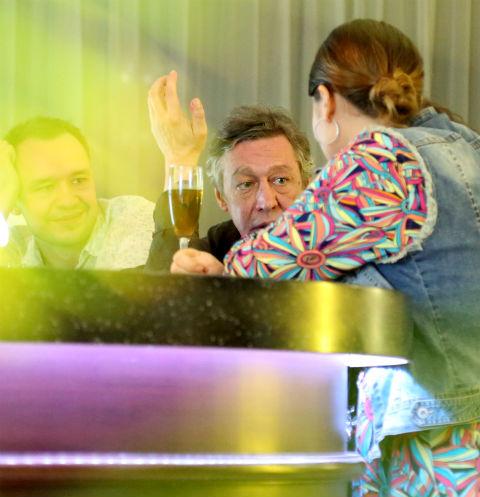 Михаил Ефремов выпивает в баре
