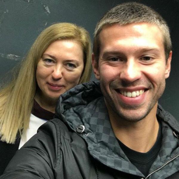 Мама футболиста призналась, что до сих пор общается с его бывшей женой