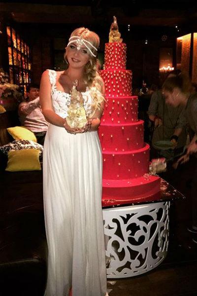 Дарья Пынзарь фотографировалась около огромного торта