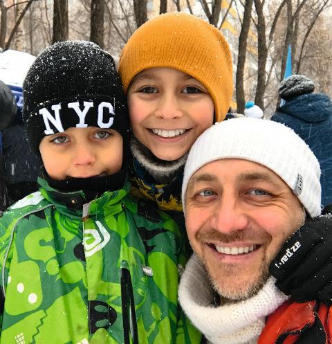 Зимой Алексей часто гуляет с сыновьями в парках