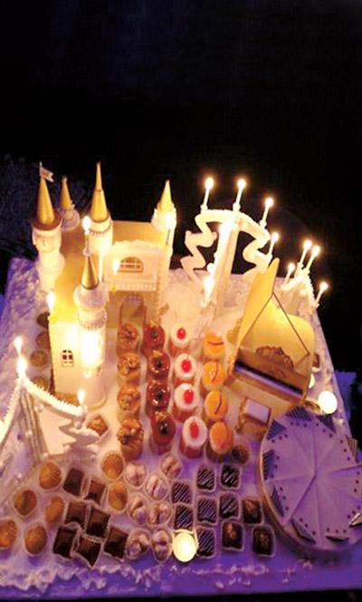 ...а в 2013-м –  замок. Тогда Алла  и Максим  впервые отмечали  Новый год  в деревне Грязь