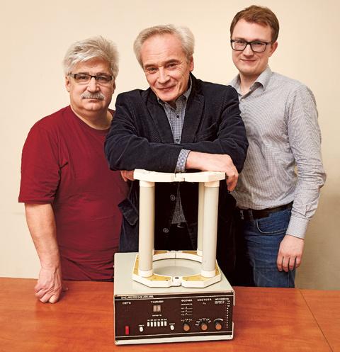 Слева направо: Геннадий Семикин, Сергей Щукин и Артем Малахов с самым первым «Каскадом», который и сейчас отлично работает.
