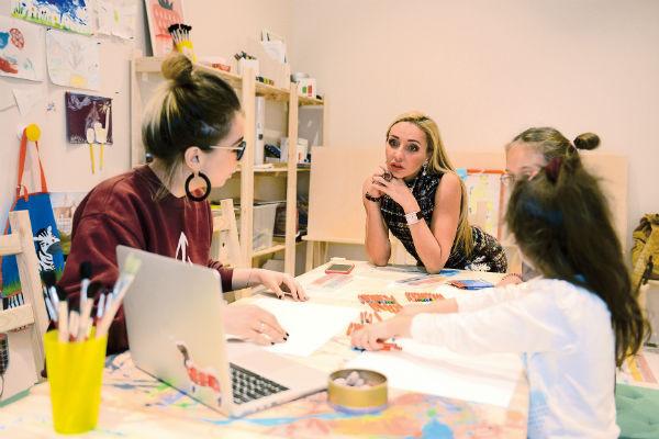 Спортсменка зашла на урок рисования, чтобы поинтересоваться успехами воспитанников