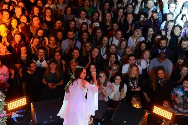 Певица Манижа любит удивлять поклонников