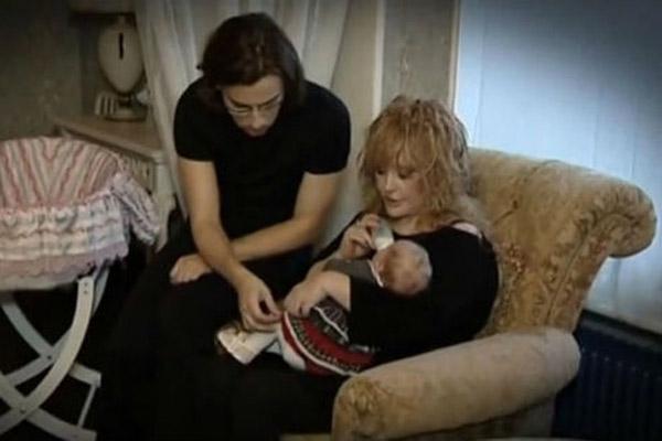 Алла и Максим кормят дочку Лизу