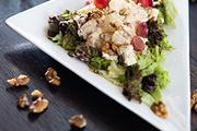 Салат из курицы с виноградом и грецкими орехами