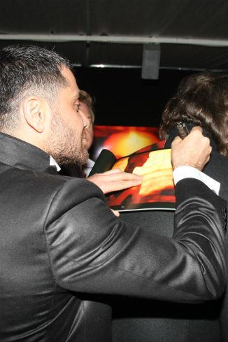 Аслан раздает автографы поклонникам своего творчества