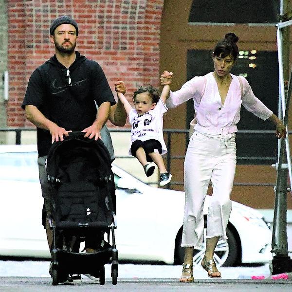 Певец с женой Джессикой Бил и сыном на прогулке