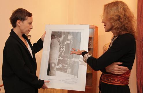 Ирина Миронова передала директору галереи Наталье Рюриковой эксклюзивный кадр со съемок клипа