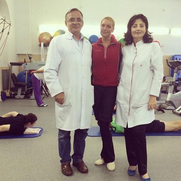 Анастасия с врачами Клиники Владимиром Нагапетьяном и Викторией Бадтиевой