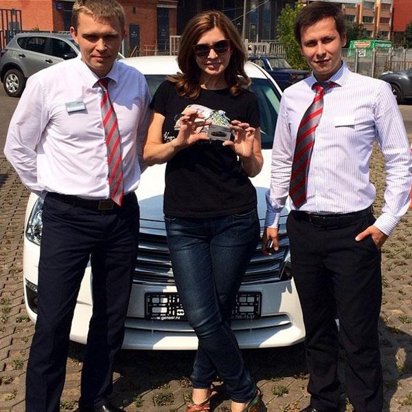 Ирина Александровна поблагодарила менеджеров автосалона за внимательное отношение и за подарки