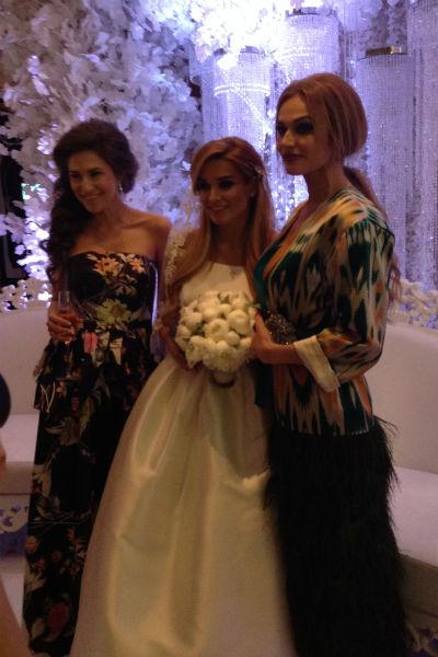 Невеста с гостьями вечера