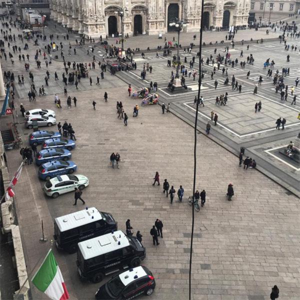 «Вид из окна. Полиции много не бывает. Вчера были еще собаки», - прокомментировала Темникова фото